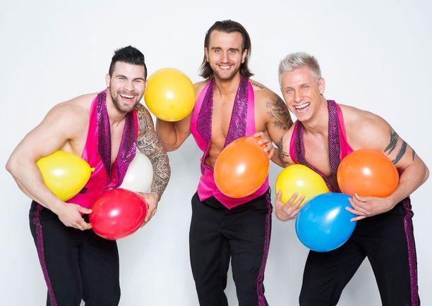 Tofe, Nikita ja Antti heittäytyivät innolla painimaan ilmapallojen kanssa.
