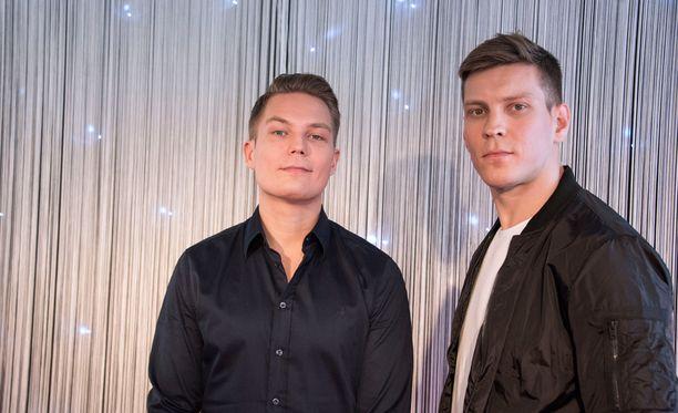 Antti Holma (oik.) näyttelee Cheekiä ja tämän kaksoisveljeä Jere Tiihosta elokuvassa Veljeni vartija.
