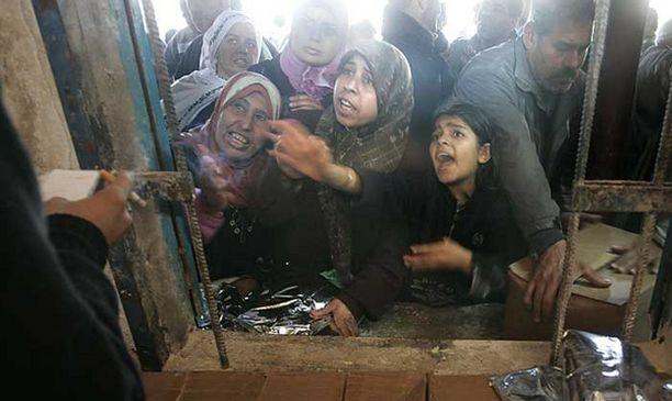 Palestiinalaiset tungeksivat YK:n ruoka-apupisteeseen Shatin pakolaisleirillä.