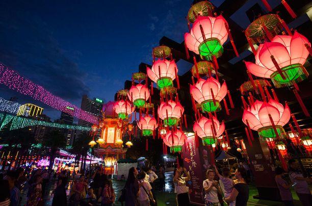Erilaiset värikkäät lyhdyt kuuluvat kiinalaisiin syysjuhliin.