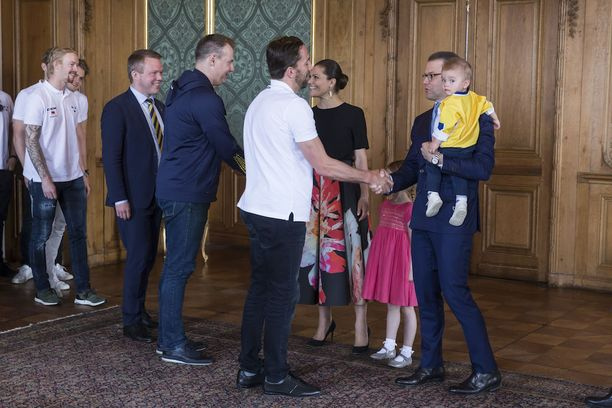 Estelle kätteli kaikki kiekkosankarit, Oscar katseli uteliaasti.