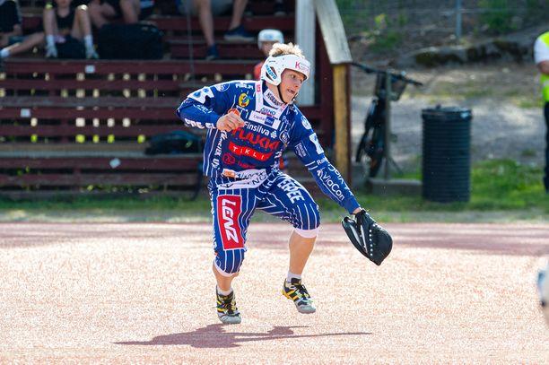 Vimpelin Vedon Juho Heikkala oli kovassa lyönissä Haminaa vastaan. Vikkelä pelaaja tunnetaan kuitenkin paremmin hänen ulkopelitaidoistaan.