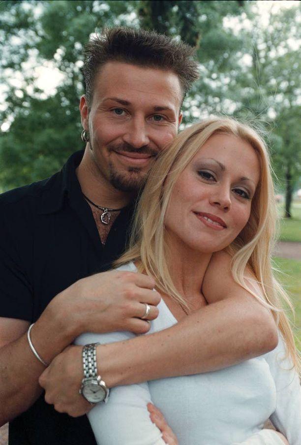 Anna Eriksson seurusteli taannoin radiojuontaja Jupe Tuomolan kanssa. Kuva kesältä 1998. Hän oli yhdessä sittemmin myös Apulannasta tutun Sipe Santapukin kanssa.