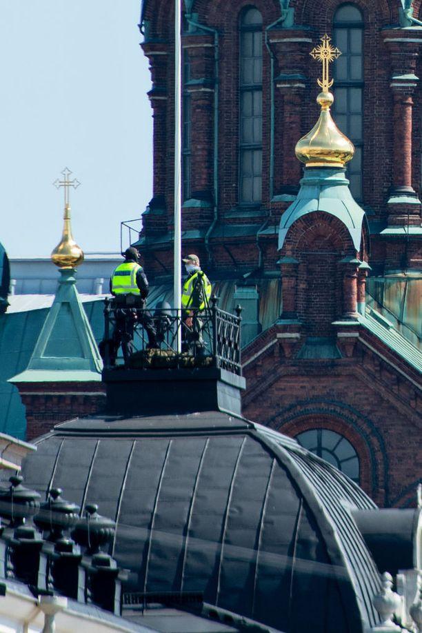 Puolustusvoimien turvallisuushenkilöstöä vartioi Uspenskin katedraalin päällä Trumpin ja Putinin saapuessa Presidentinlinnaan.