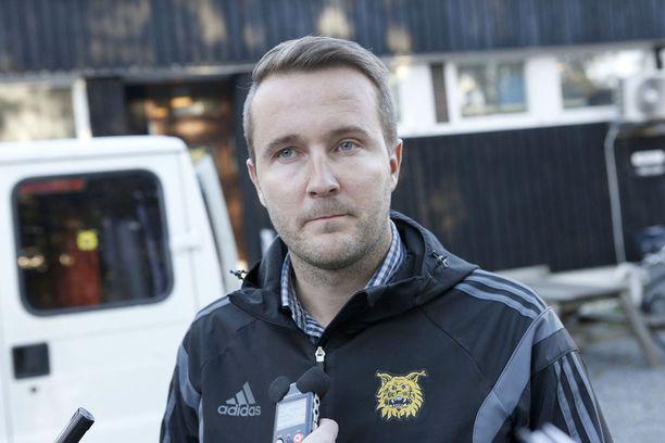 Ilveksen nykyisen varatoimitusjohtajan Toni Hevonkorven mukaan Keke Armstrong ei maininnut hänelle etukäteen olevansa poissa Ilveksen treeneistä ja pelistä 3-4.10.2015.