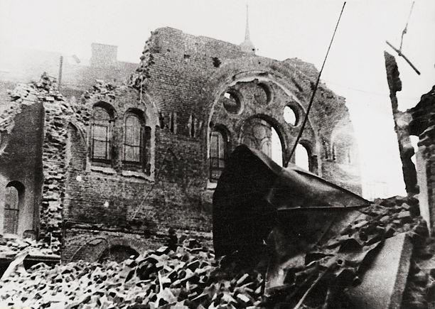 Kristalliyönä poltettiin yli 1 300 synagogaa. Kuva on Wienistä.