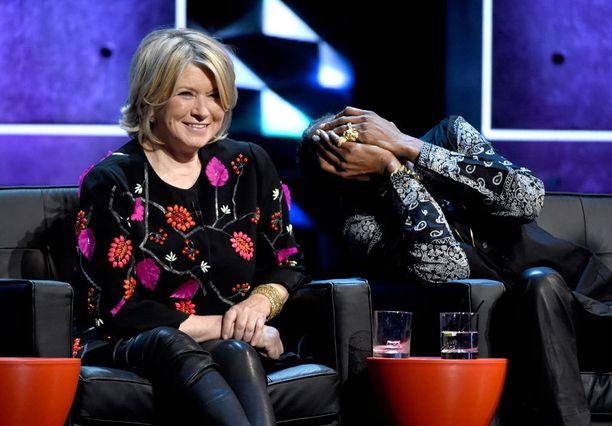 """Talousrikoksista vankilassa istunut Martha Stewart sai myös osansa. """"Lavalla on koko joukko räpNpäreitä, mutta Martha Stewart on lukenut tiiliä pisimpään"""", laukoi Natasha Legerro."""