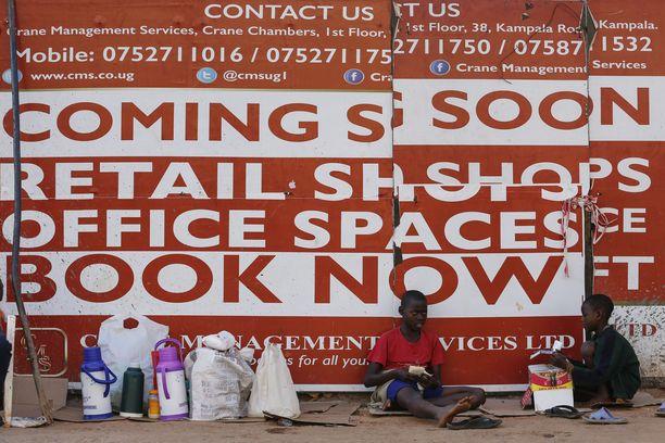 Valmistuvia liiketiloja mainostettiin Ugandan Kampalassa.