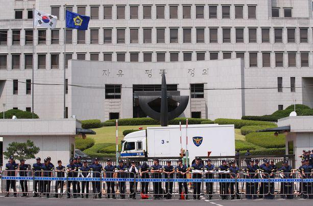 Etelä-Korean poliisijoukkoja Soulin korkeimman oikeuden edessä. (Kuvituskuva)