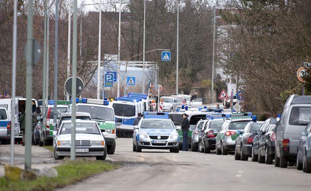 Poliisi käynnisti mittavat operaatiot koulukeskuksen ympäristössä. Paikalle hälyytettiin muun muassa erikoisjoukkoja, helikopteri ja poliisikoiria.