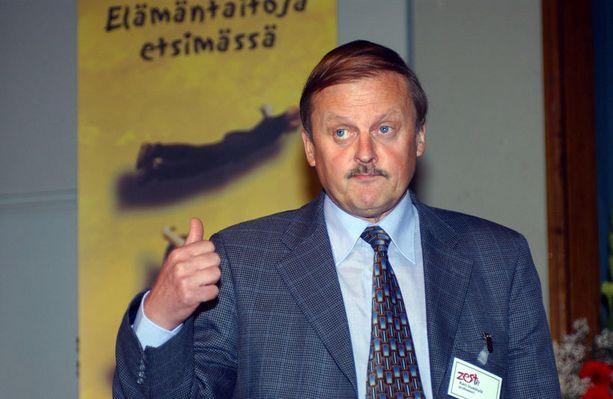 Kari Uusikylä arvostelee Pekka Himasta Pohjalaiseen kirjoittamassaan kolumnissa.