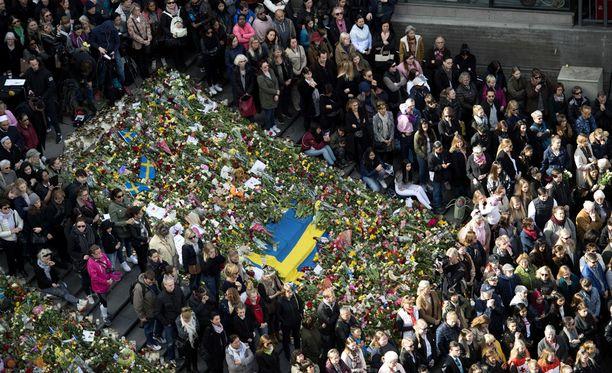 Tuhannet ihmiset toivat kukkia terrori-iskun jälkeen Sergelin torille. Isku on koskettanut Ruotsia syvästi.