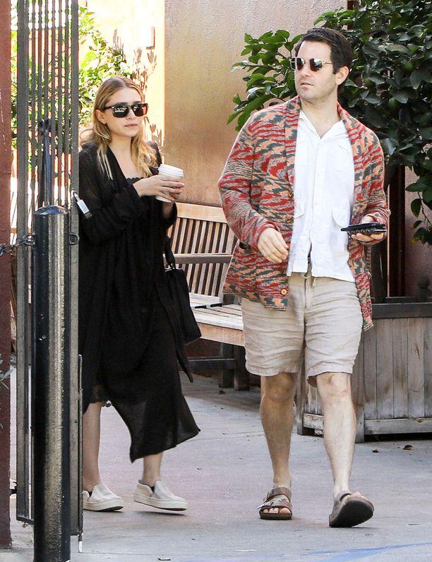 Ashley Olsen oli pukeutunut kahvilatapaamista varten tyylikkääseen mustaan asukokonaisuuteen.