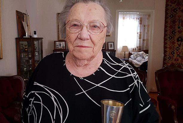 98-vuotias Lydia Wideman seuraa yhä aktiivisesti urheilua.