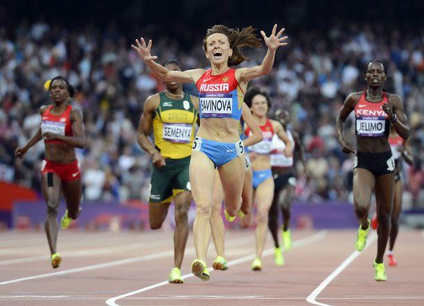 Venäjän Maria Savinova voitti 800 metrin olympiakultaa Lontoossa 2012, mutta hän menetti kultamitalinsa vuonna 2017 dopingtuomion vuoksi.
