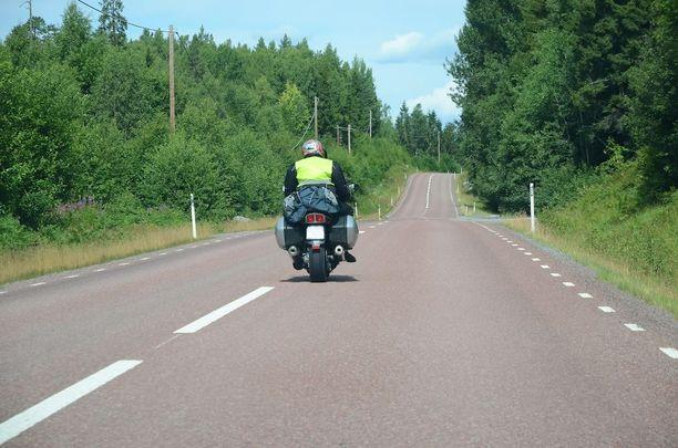 Moottoripyöräilijämies loukkaantui ja -nainen kuoli kolaritilanteessa heinäkuussa 2015. Molemmat olivat erittäin kokeneita moottoripyöräilijöitä. Kuvituskuva.
