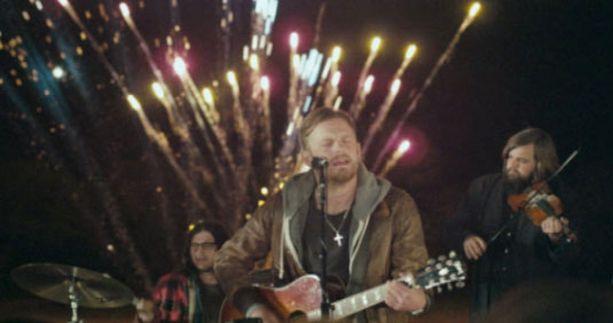 Kings of Leonin uusi musiikkivideo vie Yhdysvaltojen etelävaltioihin ja villeihin ulkoilmabileisiin.