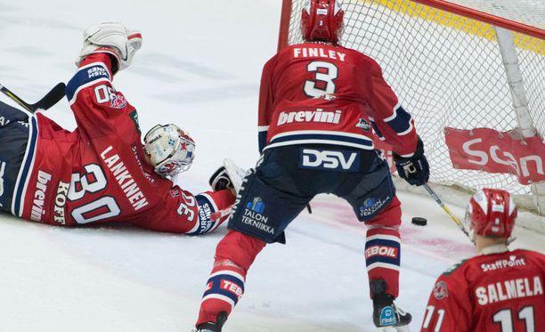 Kiekko kimposi IFK-vahti Kevin Lankisen epäonneksi omaan maaliin.