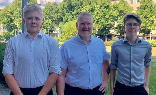 Kaupunginjohtaja Esa Sirviö (kesk.) ojensi torstaina Eero Laurinantille (vas.) ja Otto Huttuselle Kotkan kaupungintalolla pienen rahapalkinnon.