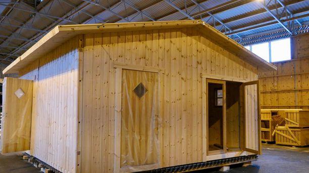 Pystyhirsitalo on rakennettu ensin tavalliseen tapaan asettamalla hirsiä vaaka-asennossa, mutta sen jälkeen rakennelma onkin kiepsautettu kyljelleen.