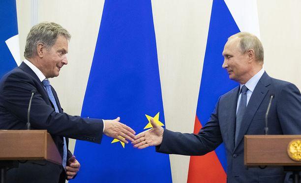 Venäjän presidentti Vladimir Putin ja Suomen presidentti Sauli Niinistö paiskasivat kättä Sotshissa järjestetyn tiedotustilaisuuden päätteeksi.