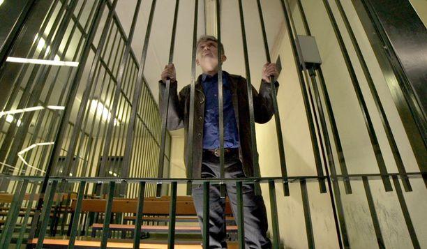 Tutkija John Dickie vierailee dokumentissa korkean turvatason vankilassa.