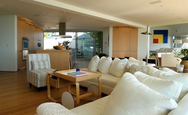 Alvar Aallon suunnittelema tarjoiluvaunu on kunniapaikalla olohuoneessa.