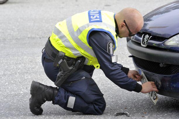 Jos auto on vakuuttamaton, niin kilvet lähteävät ja auto menee ajokieltoon. (KUVITUSKUVA).