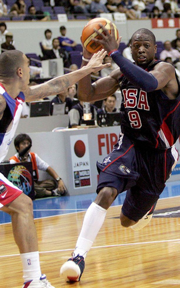 Yhdysvaltain Dwyane Wade ohitti Puerto Ricon Rick Apocadan maiden välisessä alkusarjan pelissä.