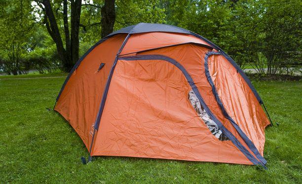 Mies myi verkossa muun muassa varastettuja telttoja. Kuvituskuva.
