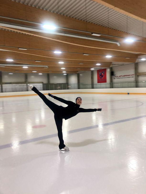 Kisakaudella Sofie Ahti treenaa 30 tuntia viikossa.