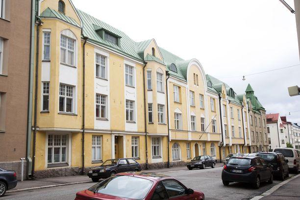 Salatuista elämistä tutulle Huvilakadulle ei moni opiskelija päädy asumaan. Syynä on hinta. Koska asuntojen neliöhinta on yli 7500 euron, myöskään vuokra-asuminen alueella ei ole halpaa.