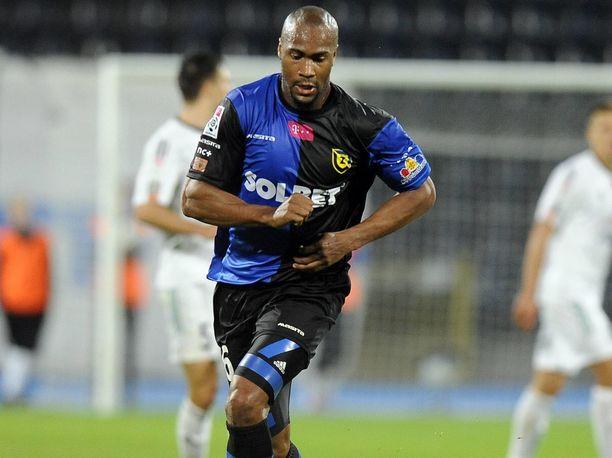 Herold Goulon on pelannut urallaan ympäri maailmaa. Kuvassa ranskalainen puolalaisen Zawisza Bydgoszczin paidassa.