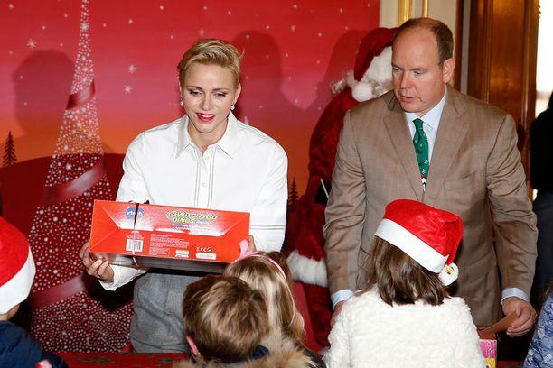 Ruhtinaspari jakoi lahjoja paikalla olleille lapsille.