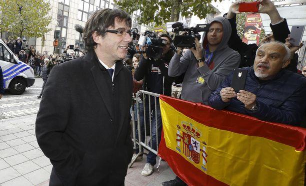 Potkut saanut Katalonian johtaja Carles Puigdemont aikoo pysyä Brysselissä.