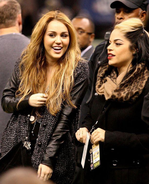 Miley Cyrus näytti huolettomalta seuratessaan sunnuntaina amerikkalaista jalkapalloa ystävänsä kanssa.