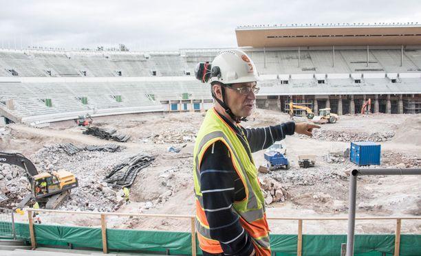 Stadion-säätiön kiinteistö- ja turvapäällikkö Ilkka Rautakivi kertoi perusparannustöiden etenemistä.