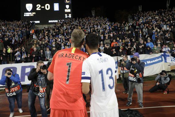 Maalivahti Lukas Hradecky ja voittomaalin iskenyt Pyry Soiri huudattivat Ratinan kannattajakatsomoa maanantaina Kreikka-ottelun jälkeen.