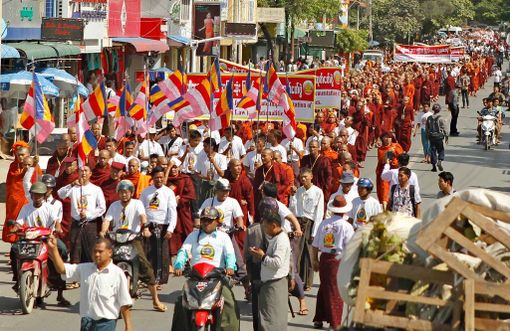 Ma Ba Tha -liike osoitti mieltään uskontokuntien välisen avioliittolain puolesta Mandalayssa lokakuussa 2014. Laki meni läpi seuraavana vuonna ja hankaloittaa eri uskontoja tunnustavien parien liittoja.