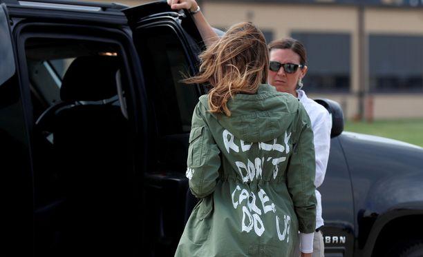 Melania Trumpin takin teksti herätti kohun hänen vieraillessaan rajalla pidätettyjen lasten luona.