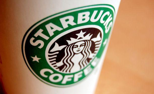 Nainen osti kahvin Jacksonvillessa sijaitsevan Starbucksin autokaistalta ja kuumaa kahvia roiskui kannen irrottua hänen syliinsä, kun hän oli ojentamassa kuppia ystävälleen.