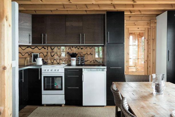 Keittiössä on lautalattia ja seinät ovat hirttä. Jääkaappi toimii kaasulla ja keittiössä on myös kaasuliesi.
