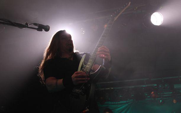 Kitaristi Elias Viljanen tykitti täydelle salille.