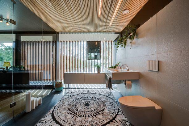 Päämakuuhuoneen vieressä on oma kylpyhuone ja saunaosasto.
