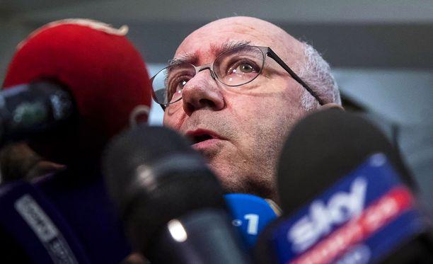 Carlo Tavecchio puhui toimittajille jalkapalloliiton päämajassa keskiviikkona putoamisen varmistuttua.