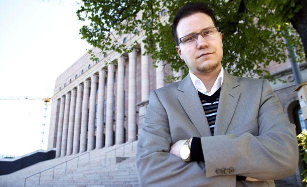 KYSYJÄ Kansanedustaja Olli Immonen kysyy hallitukselta Suomessa oleskelevien ulkomaalaisten tekemistä raiskauksista.
