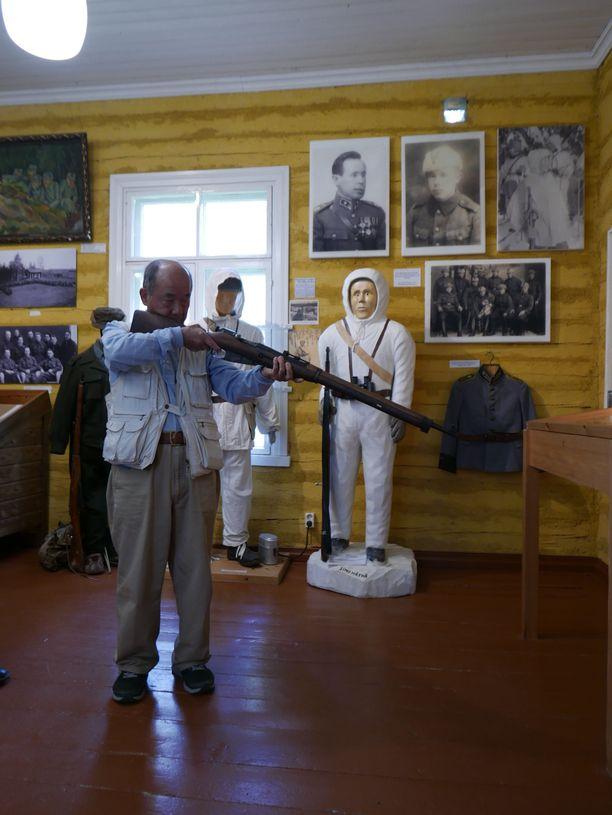 Masatoshi Sasayama kokeilee Simo Häyhän käyttämää kiväärimallia.