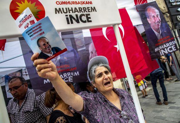 Istuvan presidentin päävastustaja presidentinvaaleissa on Muharrem Ince. Kuva Ince pulueen CHP:n kampanjatilaisuudesta Istanbulista 18. kesäkuuta.