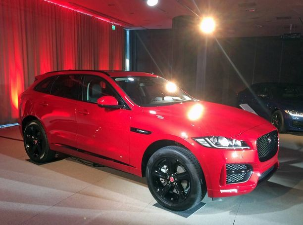 Punainen täysalumiinikorinen Jaguar F Pace R-Sport nähtiin torstaina Helsingissä.