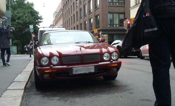 Poliisi otti yliajosta epäillyn Jaguar-kuskin kiinni onnettomuuspaikan lähellä sijaitsevasta ravintolasta.